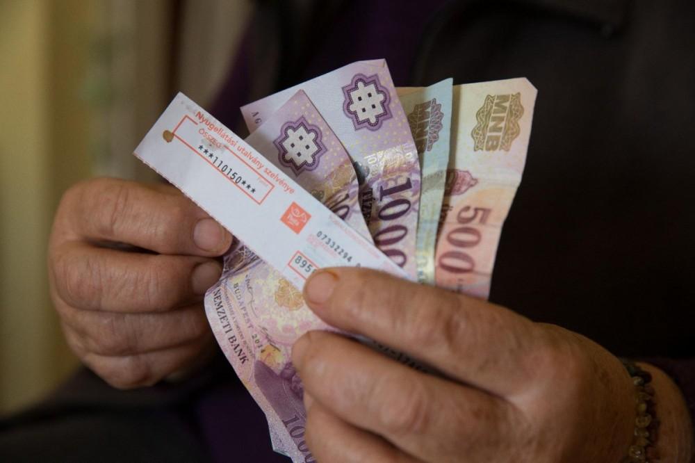 álmodni pénzt keresett)
